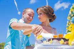Свадебная церемония на тропической линии побережья стоковое фото