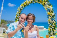 Свадебная церемония на тропической линии побережья стоковое изображение rf