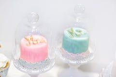 Свадебные пироги в cream и розовом с жемчугами стоковая фотография rf