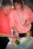 Свадебный пирог вырезывания пар Стоковое Фото
