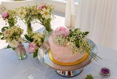 Свадебный пирог и букеты цветков Стоковые Фото