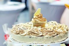 Свадебный пирог и пирожные в коричневом цвете и сливк. стоковое фото rf