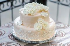 Свадебный пирог красивого света - розовый и вкусный Стоковое фото RF