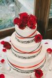 Свадебный пирог красной розы Стоковые Фото