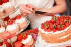 Свадебный пирог клубники Стоковые Фотографии RF