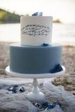 Свадебный пирог на пляже Стоковые Изображения RF