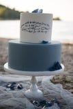 Свадебный пирог на пляже Стоковые Изображения