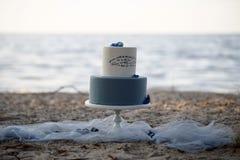 Свадебный пирог на пляже Стоковые Фото