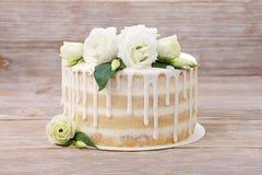 Свадебный пирог с красивыми цветками и eadible серебром Стоковое Фото