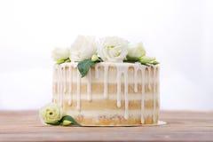 Свадебный пирог с поливой eadible серебр и цветки Стоковая Фотография