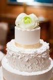 Свадебный пирог с цветком на верхней части Стоковые Фотографии RF