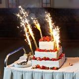 Свадебный пирог с ягодами и фейерверками Стоковая Фотография