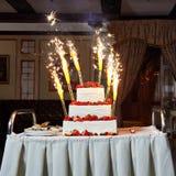 Свадебный пирог с ягодами и фейерверками Стоковое Фото