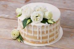 Свадебный пирог eadible серебр и цветки Стоковые Изображения RF
