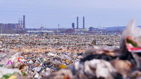 Свалка мусора Промышленная фабрика на предпосылке Концепция загрязнения окружающей среды акции видеоматериалы