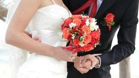 Свадьба жениха и невеста в красных цветах сток-видео