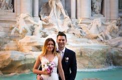 Свадьба жениха и невеста представляет перед фонтаном Trevi & x28; Fontan Стоковая Фотография RF