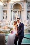 Свадьба жениха и невеста представляет перед фонтаном Trevi & x28; Fontan Стоковые Изображения RF