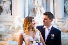 Свадьба жениха и невеста представляет перед фонтаном Trevi & x28; Fontan Стоковое Изображение