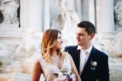 Свадьба жениха и невеста представляет перед фонтаном Trevi & x28; Fontan Стоковое фото RF