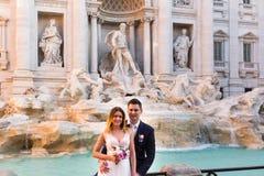 Свадьба жениха и невеста представляет перед фонтаном Trevi & x28; Fontan Стоковые Изображения