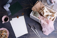 Свадьба или перечени приглашения дня валентинок в Провансали вводят деревянную коробку и чашку кофе в моду года сбора винограда В Стоковые Фотографии RF