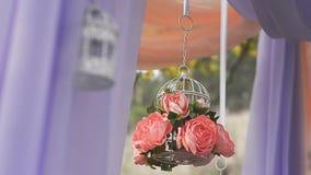 Свадьба настроенная в саде, парке Украшение цветков и красивой матери свадебная церемония в лесе акции видеоматериалы