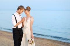 Свадьба на пляже: жених и невеста морем стоковое фото rf