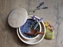 Свежая лаванда цветет в шаре на деревянной предпосылке Стоковое Изображение