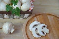 Свежая белизна величает champignon в коричневой корзине на деревянной предпосылке Взгляд сверху скопируйте космос стоковое фото rf