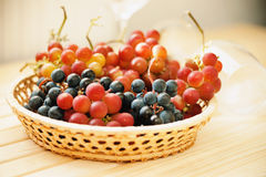 Свежая виноградина в плетеной корзине и пустых бокалах Стоковая Фотография