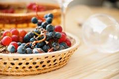 Свежая виноградина в плетеной корзине и пустых бокалах Стоковое Изображение RF
