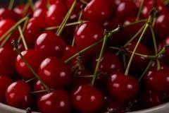 Свежая вишня на плите с летом цветет зрелое ягод свежее Вишни Конец-вверх Стоковые Фото