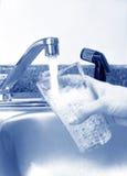 свежая вода из крана Стоковая Фотография