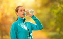 Свежая вода молодой женщины выпивая во время ее тренировки фитнеса Стоковая Фотография