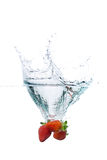 свежая вода strawberiiers выплеска Стоковые Фотографии RF