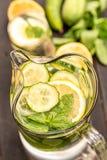 Свежая вода с огурцом, лимоном и мятой Стоковое Изображение RF