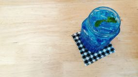 Свежая голубая сода Гаваи с листьями мяты Стоковое фото RF