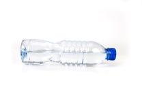 Свежая горизонтальная бутылки с водой питья помещенная на белой предпосылке Стоковое Фото