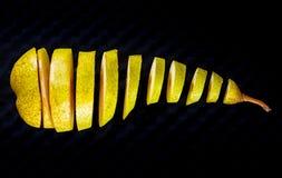 Свежая груша отрезанная к кускам на черноте Стоковые Фото