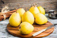 Свежая желтая груша на деревянной доске, ручки циннамона, натюрморт Стоковые Изображения