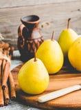 Свежая желтая груша на деревянной доске, ручки циннамона, натюрморт Стоковое Изображение RF