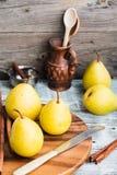 Свежая желтая груша на деревянной доске, ручки циннамона, натюрморт Стоковое Фото