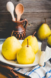 Свежая желтая груша на деревянной доске, ручки циннамона, подкрашивая Стоковая Фотография RF