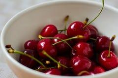 Свежая, зрелая, сладостная вишня в шаре стоковые изображения rf