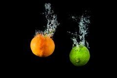 Свежая известка в воде с воздушными пузырями мочит выплеск изолированный на bl Стоковое Изображение