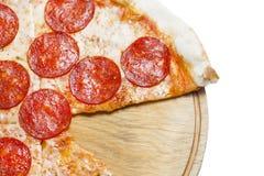 Свежая итальянская классическая первоначально пицца pepperoni изолированная на белой предпосылке Плоское положение, взгляд сверху Стоковое Изображение