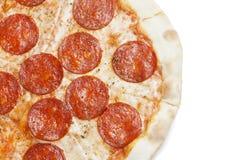 Свежая итальянская классическая первоначально пицца pepperoni изолированная на белой предпосылке Стоковые Изображения RF
