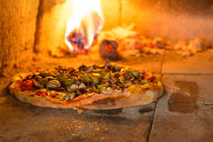 свежая итальянская пицца стоковые изображения