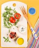Свежая и здоровая закуска с хлебом, томатами и сыром творога Стоковое фото RF